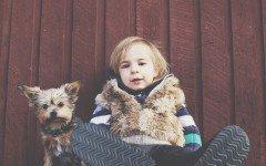 Niños pequeños y perros gigantes