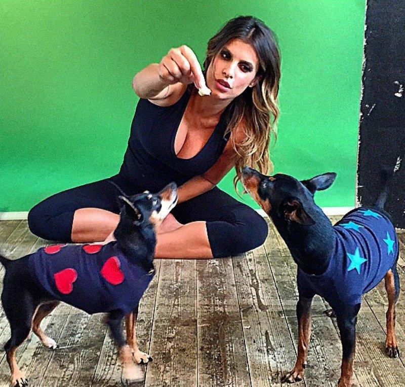Elisabetta Canalis e i suoi due cani inseparabili