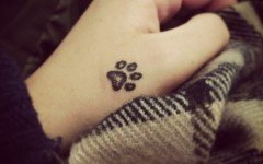 Tatuaggio zampa cane: simbolo di amore e fedeltà