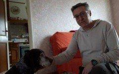 Compra una casa e tiene Aza, il cane del vecchio proprietario