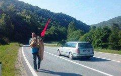 Hombre detiene tráfico para rescatar a perro en la carretera
