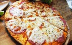 La pizza per cani, senza lievito e glutine