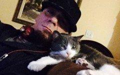 J-Ax e il suo amato gatto Little, inseparabili da 15 anni