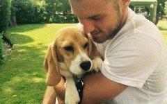 Aaron Ramsey e la sua cagnolina Halo, inseparabili