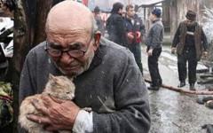 Uomo abbraccia gatto dopo incendio: immagine commovente