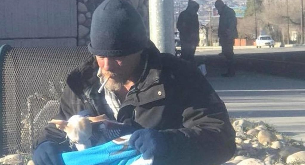 Senzatetto salva un cane: entrambi iniziano una nuova vita
