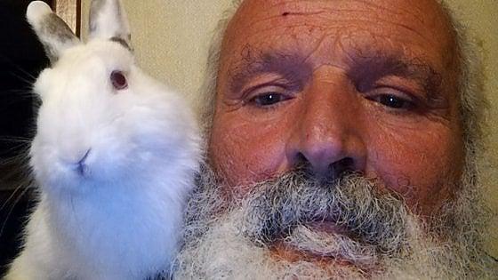 Uomo salva cuccioli nei cassonetti: la storia di Adelmo