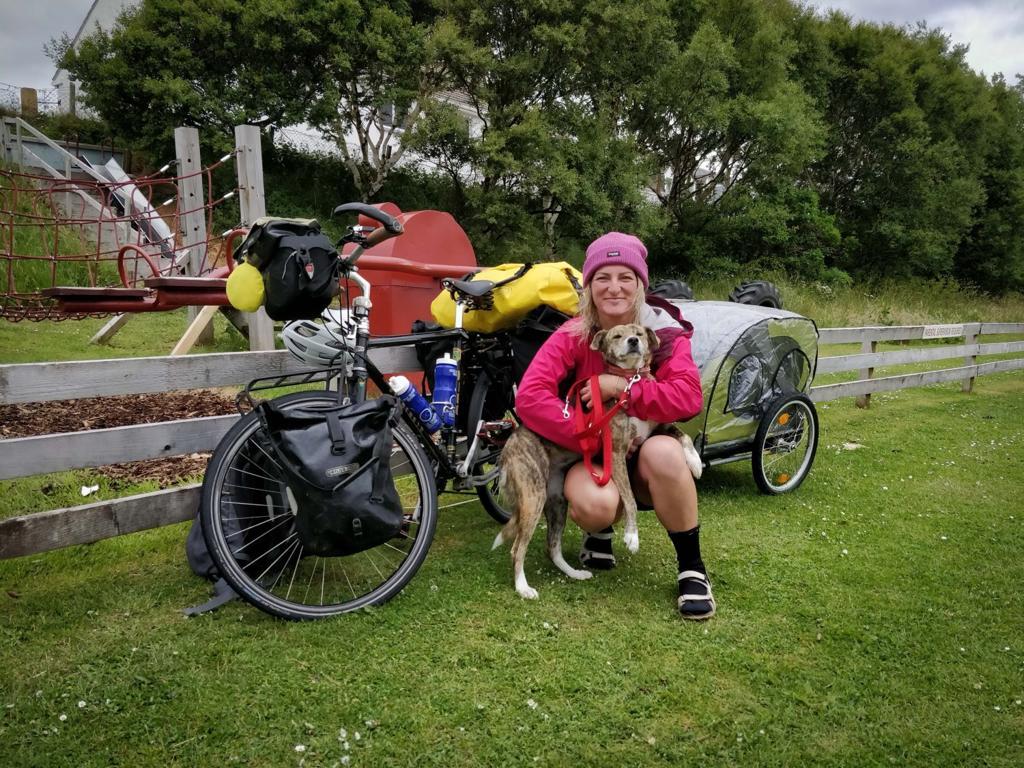 Ciclista salva cani in giro per il mondo e lascia le gare